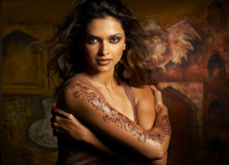 Deepika Padukone wearing one of Ash Kumar's henna designs