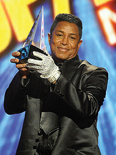 Jermaine Jackson accepts award for his late brother