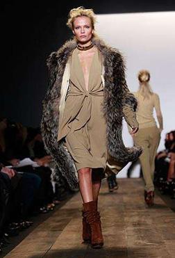 <b>The Fashion Keeps Co...</b>