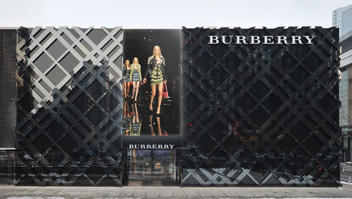 <b>Burberry Goes Live!...</b>