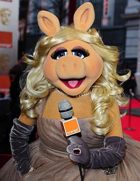 Miss Piggy hosting the red carpet