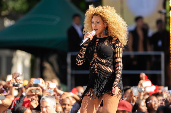<b>Beyonce To Be Dresse...</b>
