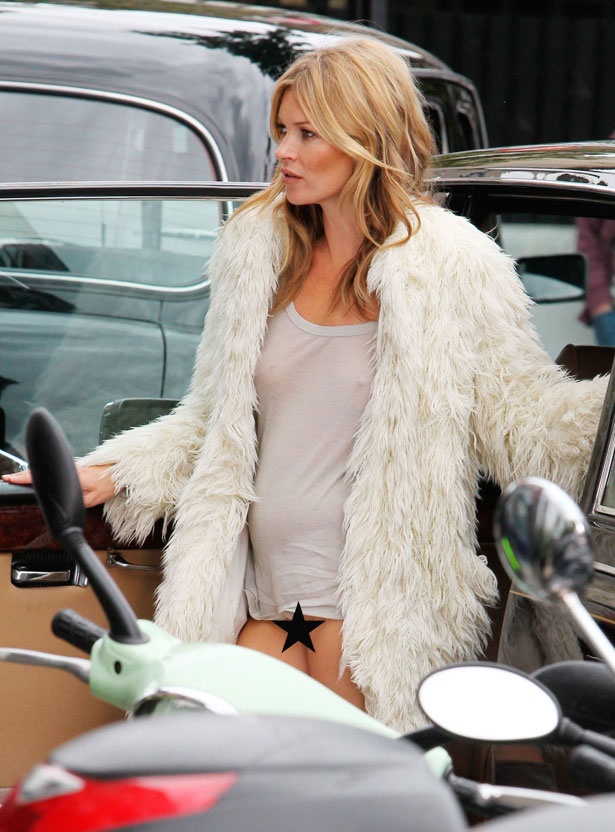 <b>Kate Moss Flashes He...</b>