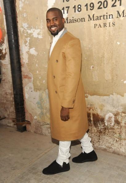 <b>Kanye West New 'Unis...</b>