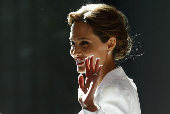 <b>ANGELINA JOLIE TO BE...</b>